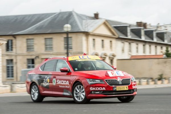 2016-Skoda-Superb-reditelske-auto-red-car-Tour-de-France-2015-1