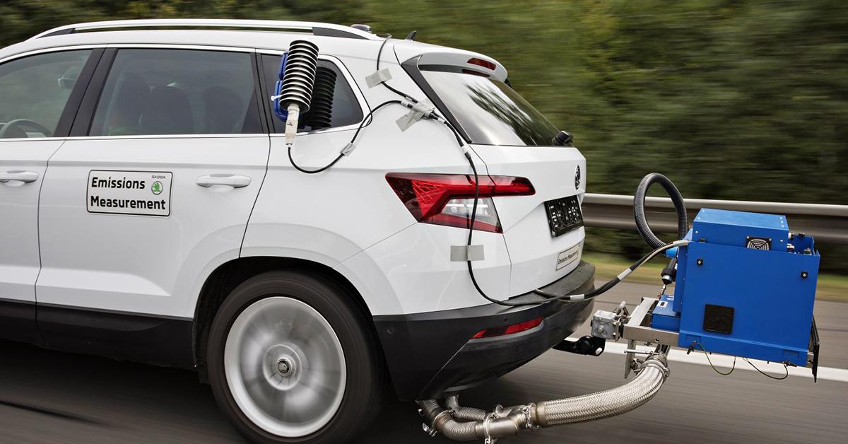 Ako sa v ŠKODA AUTO merajú emisie?